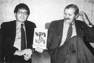 Рональд Кесслер (слева), автор книги «Побег из ЦРУ», со своим «героем» в Москве