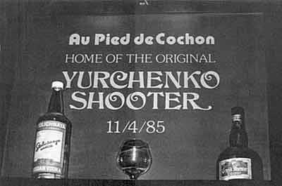 Памятная табличка во французском ресторане Джорджтауна, откуда Юродивый «бежал» домой, гласит: «Коктейль Юрченко»